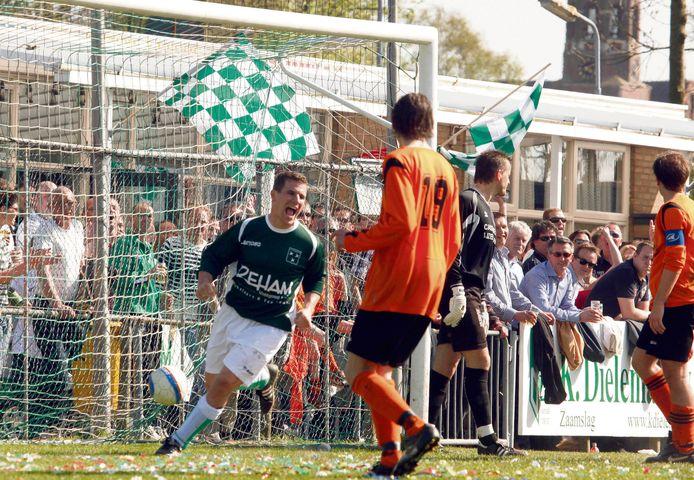 Peter Dieleman, hier op een archieffoto uit 2017 na een doelpunt tegen Terneuzense Boys, was zaterdag weer eens belangrijk voor Zaamslag.