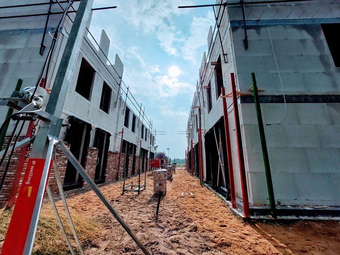 De bouw van 80 woningen in Doesburg is in volle gang. Met in de verte de Oude IJssel.