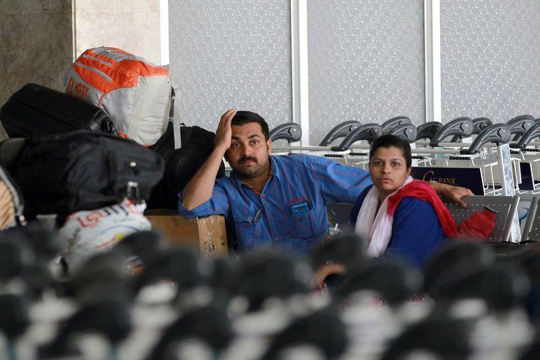 Vluchtelingen wachten op het vliegveld van Sanaa op een vlucht uit Jemen Beeld afp