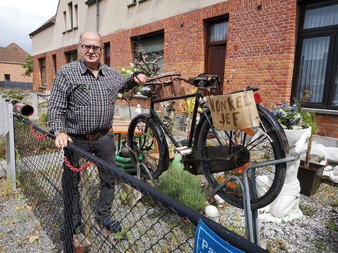 Freddy Van Gorp aan de replica van de fiets van 'Nonkel Jef'.