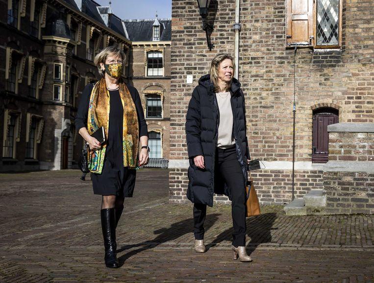Kajsa Ollongren (D66) en Annemarie Jorritsma (VVD) komen aan op het Binnenhof. Beeld ANP