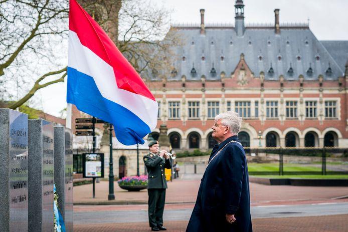 4 mei 2021: Burgemeester Jan van Zanen van Den Haag legt een krans bij het Haags Herdenkingsmonument aan het Carnegieplein.