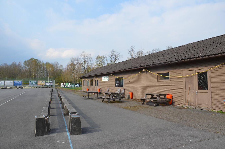 De houten chalet van de kaatsclub zal wellicht plaatsmaken voor klascontainers voor basisschool De Lettertuin.