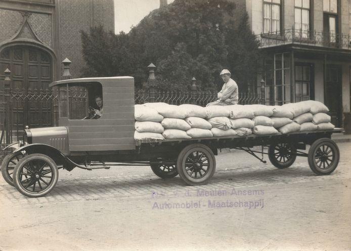 De Jumbo Large, een 3-assige oplegger gemaakt door Van der Meulen-Ansems in Helmond, in 1923.