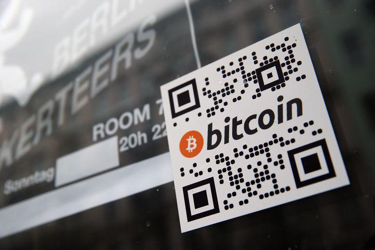 Een sticker op de vitrine van een Berlijnse bar duidt aan dat Bitcoins als betaalmiddel worden aanvaard. Beeld GETTY