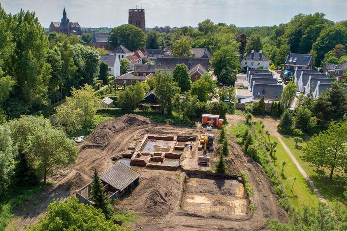 In het 1,3 hectare grote gebied tussen de Taalstraat en de A2 in Vught legden archeologen de fundamenten van kasteeltje Spreeuwenburg bloot.