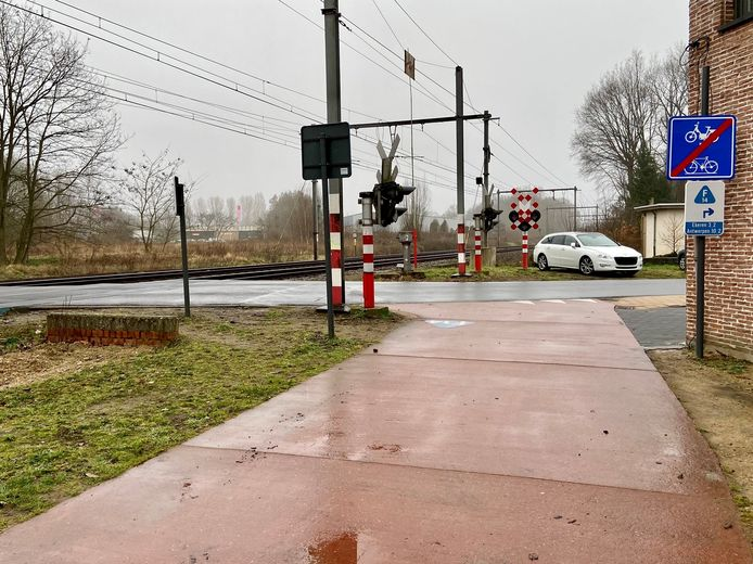 Aan de Vloeiende in Kapellen loopt de fietsostrade langs de spoorlijn niet door naar Ekeren. Een buurtbewoonster blijft zich juridisch verzetten tegen de aanleg van de ontbrekende schakel