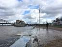 Hoog water aan de Waalkade in Nijmegen. Daarom rijden er voorlopig geen bussen.