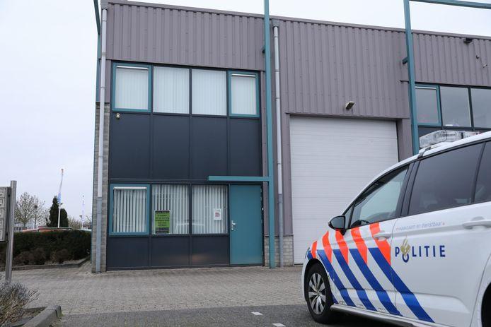 Een surveillerende motoragent rook een wietlucht en kwam uit bij een loods op bedrijfsterrein Calveen in Amersfoort. Daar lagen ruim 12.639 voorgedraaide joints opgeslagen.