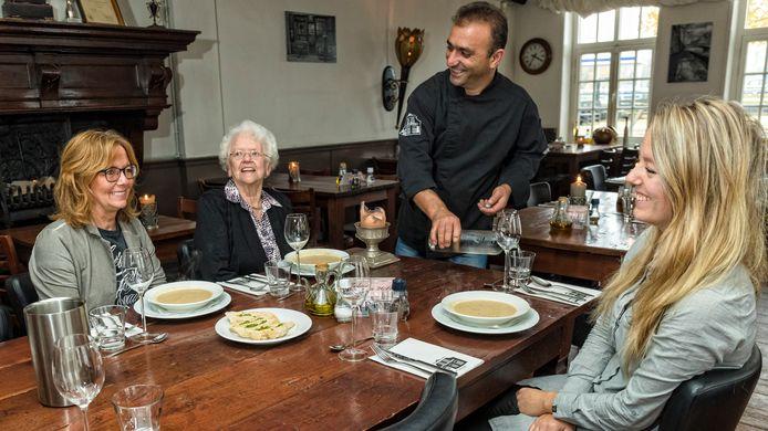 Loïs Groenendijk wordt vandaag 91 jaar. Dochter Marja Brokx (56) en kleindochter Patricia Brokx (24) vieren dat met een lunch.