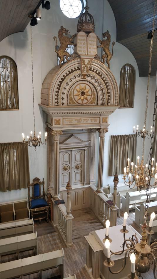 Het interieur van de synagoge, met een meer dan 100 jaar oude kast en bankjes, zoals de Doetinchemse architect Ovink dat bedacht had.