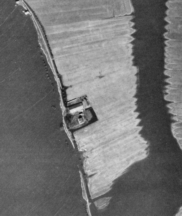 """De luchtfoto van de RAF die genomen is tijdens een verkenningsvlucht begin 1945. Luizen Bijlsma: ,,Hierop is de boerderij Landlust te zien en de contouren van de Airspeed Horsa (midden op de foto op de akker). De coördinaten waar het toestel is geland zijn daarmee bekend. het toestel is niet direct na de landing maar later in brand gestoken. Dat wilde goed branden omdat de Airspeed Horsa hoofdzakelijk uit een houten constructie bestond, met gelamineerde spanten als in een schip. Het grotere ijzerwerk van de bedieningspanelen zijn natuurlijk door de boer van het land verwijderd Het kleine metaal is achtergebleven. Op de bewuste plek wordt duidelijk meer metaal in de bodem aangetroffen dan in de omgeving."""""""