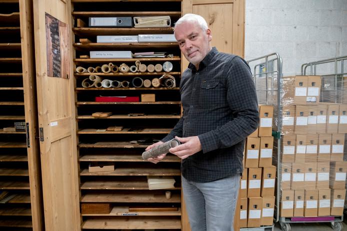 Archivaris Ad Tramper met de loden koker met het 'briefje van Michiel'.