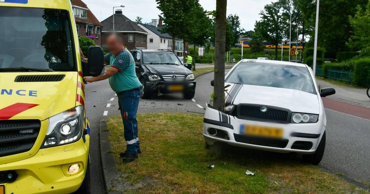 Auto ramt boom na botsing in Enschede: persoon naar ziekenhuis, flinke verkeershinder.