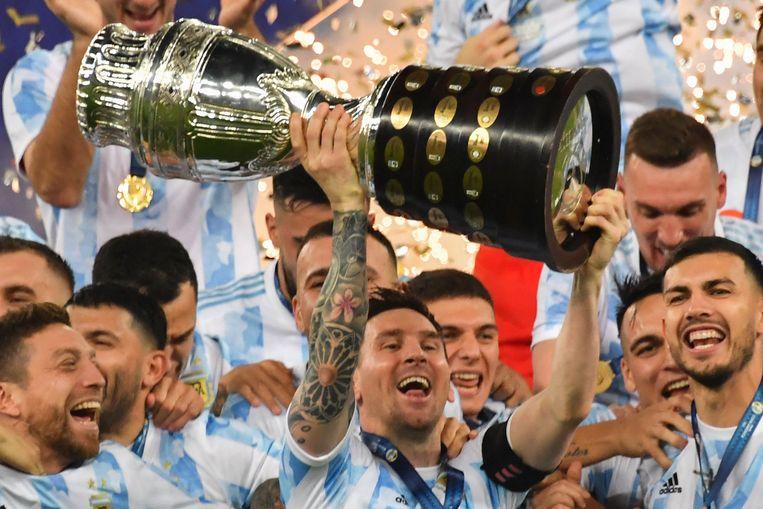 Lionel Messi en het Argentijnse team met de bokaal. Beeld AFP