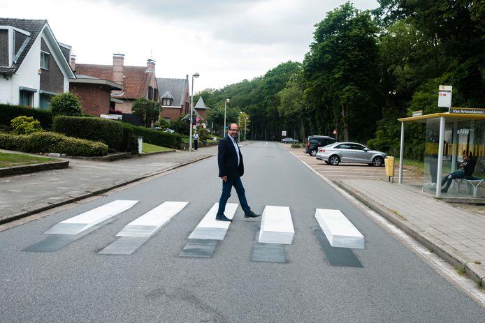 Schepen van Openbare Werken Francis Sanchez (N-VA) test het 'zwevende' 3D-zebrapad uit.