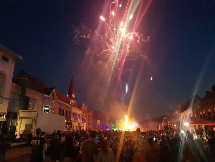 Het afsluitend vuurwerk zorgde voor veel volk op het dorp van Wachtebeke.