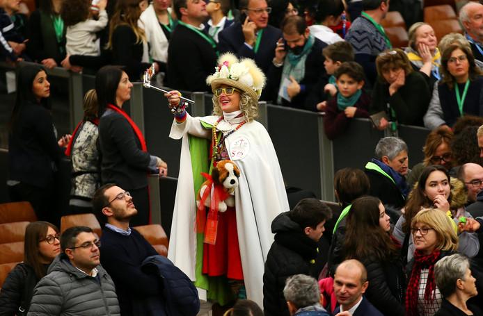 Een vrouw viert met haar selfiestick een visueel feestje tijdens een bijeenkomst met paus Franciscus in het Vaticaan. Foto Alessandro Bianchi