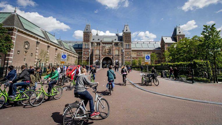 Fietsers bij het Rijksmuseum in Amsterdam. Het tunneltje onder het museum wordt bestempeld als 'levensgevaarlijk'. Beeld anp