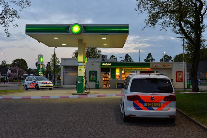 De politie verricht sporenonderzoek na de gewapende overval op het tankstation aan de Laan van Orden in Apeldoorn.