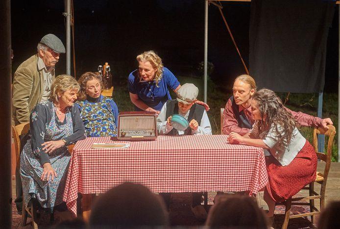 """Dankzij de dijken spelen de voorstelling """"Oorlog aan de Rivier in Lith."""