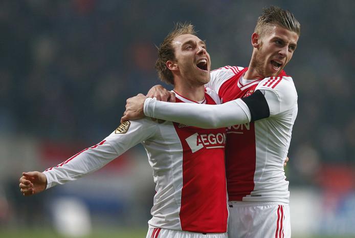 Eriksen en Alderweireld vieren een goal voor Ajax.