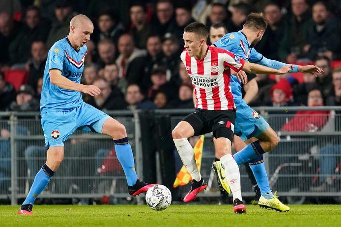 Sebastian Holmén eerder dit jaar in het Philips Stadion in duel met Ryan Thomas.
