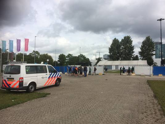 Langzaam druppelen de supporters van Lech Poznan de fanzone op de Jaarbeurs binnen.