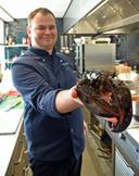 Sous-chef Auke Boone gebruikt vijf of zes kreeften in zijn bisque.