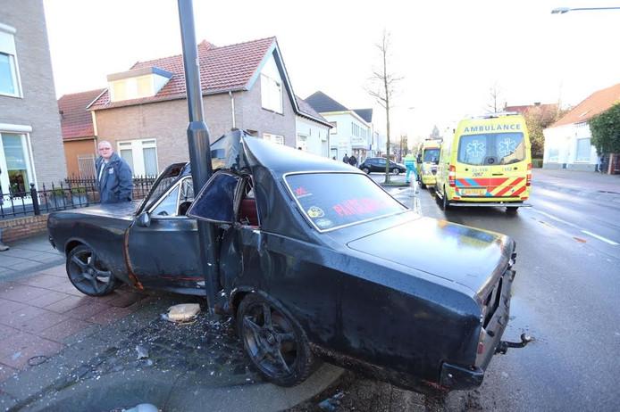 Auto belandt tegen paal in Reusel