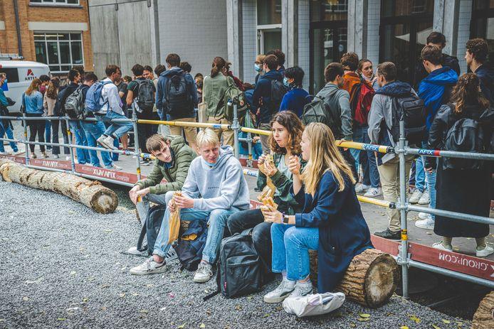 Een broodje kopen in De Brug: ook het studentenrestaurant draait op volle toeren.