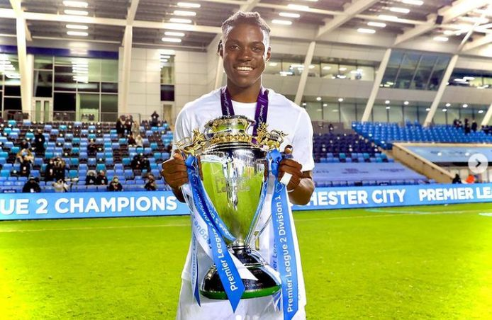 Lavia met zijn eerste prijs bij Manchester City.