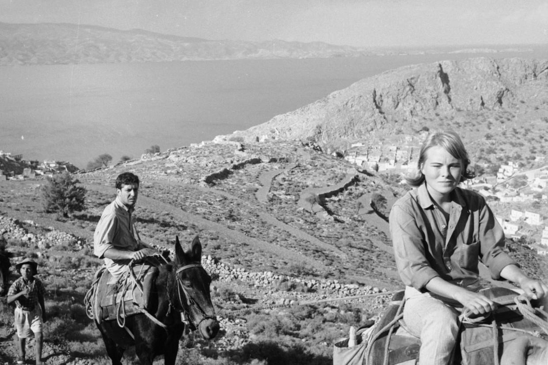 De Noorse Marianne Ihlen en de Canadese muzikant Leonard Cohen rijden op ezels tijdens een tocht op Hydra, Griekenland, in oktober 1960.