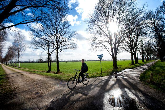 Twee varianten van de F50 worden onderzocht. Het wordt de route die deze fietser vanuit Apeldoorn volgt (treinbaantracé) of de weg links (de Flesse) wordt erbij betrokken.