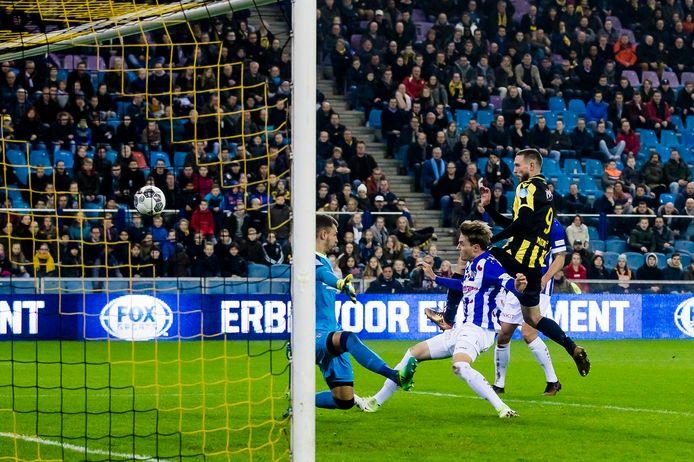 Beeld uit de wedstrijd Vitesse-Heerenveen. SC Heerenveen speler Daniel Hoegh (midden) schiet onder druk van Vitesse-speler Tim Matavz (rechts) in zijn eigen doel: 1-0 voor Vitesse.