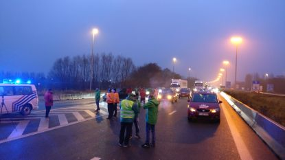 Transportvakbonden versperren volledige snelweg aan grensovergang in Rekkem