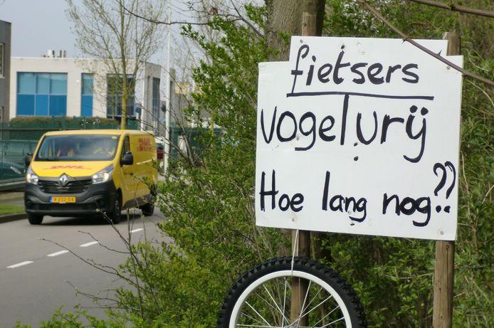 Protestbord tegen verkeer in leemstraat Roosendaal.