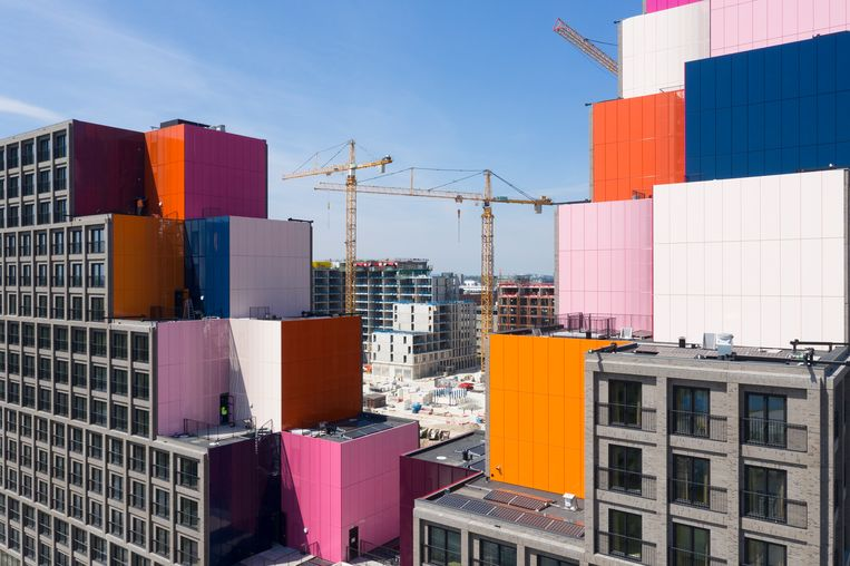 Veel Amsterdammers zijn kansloos op de koopmarkt. De bouw van betaalbare huizen moet een oplossing bieden, maar juist die bouw dreigt in de knel te komen. Beeld Luuk Kramer