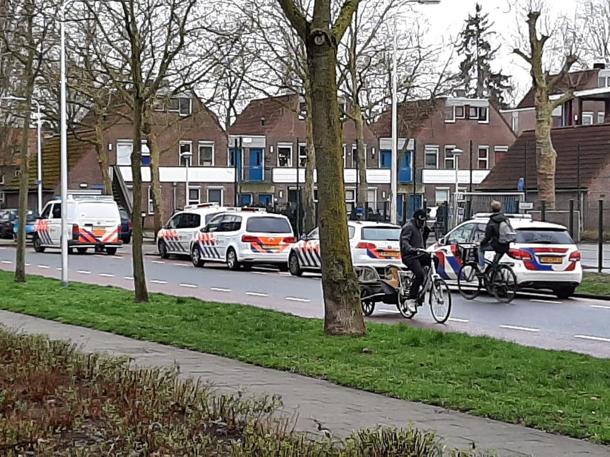 Rond C.'s  woonadres verzamelden zich vorig jaar tientallen buren nadat de Zwollenaar ontmaskerd was door een 'pedojager'.