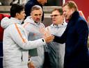 Ronald Koeman viert de kwalificatie voor het EK met zijn staf. Links Patrick Lodewijks, Kees van Wonderen (midden) en Dwight Lodeweges.