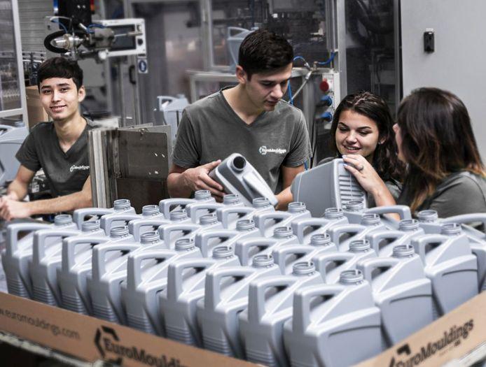 Jongeren op de werkvloer bij EuroMouldings in Nijverdal, de industriële sector behoort dit jaar met 6,5 procent tot de grootste groeiers.