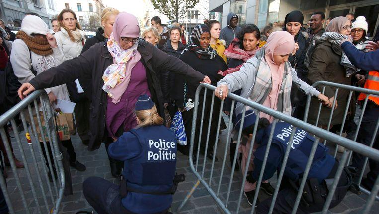 Agentes fouilleren in Molenbeek.