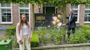 Onderwijsminister Arie Slob kwam speciaal naar Domburg om de geslaagde Roos persoonlijk te feliciteren