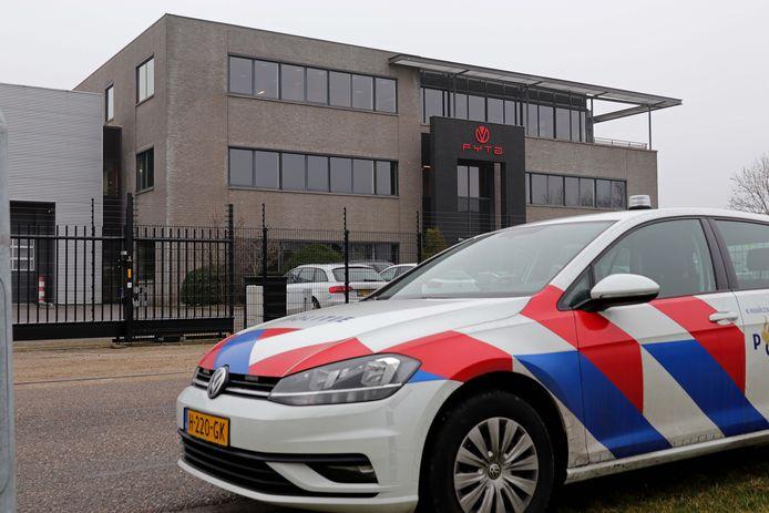 Bij Fyta in Waalwijk viel de politie donderdagochtend binnen. Op hetzelfde moment zat de directeur bij de rechter voor een zaak tegen de overheid
