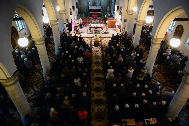Honderden mensen namen gisteren in de Sint-Mauruskerk afscheid van oud-burgemeester René Van Goidsenhoven (links).