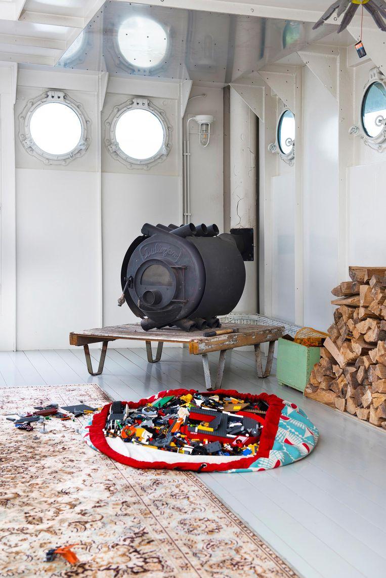 'Dit is een houtkachel van het merk Bullerjan, ontworpen door Duitse houthakkers. We hebben drie houtkachels. Als het schip op de definitieve plek ligt, gaan we over op stadsverwarming.' Beeld Els Zweerink