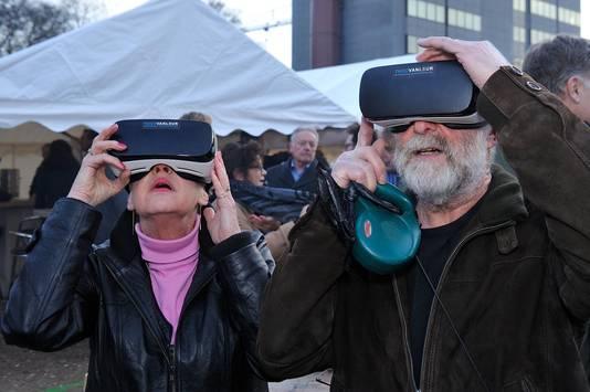 Kijken dor een virtualrealitybril.