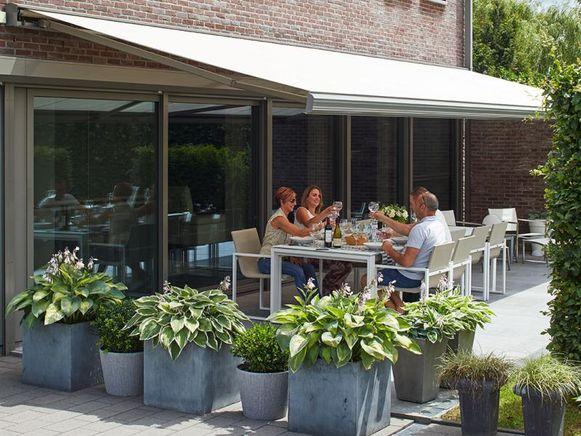 Met een pergola, terrasoverkapping of een strategisch geplaatste boom of struik vermijd je dat de zonnestralen rechtstreeks je woning binnenvallen.