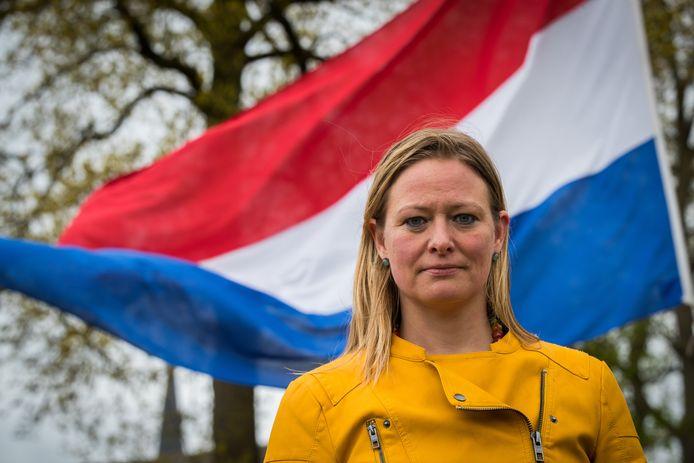 Steffi Wiesmann spreekt tijdens de ceremoniële plechtigheid op 5 mei in Raalte.