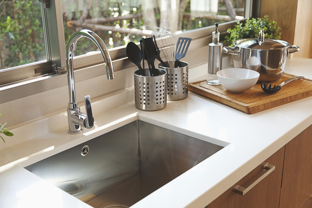 Controleer of een oppervlakte schoon is door er overheen te glijden met de vlakke hand, zegt schoonmaakexpert Marja Middeldorp.